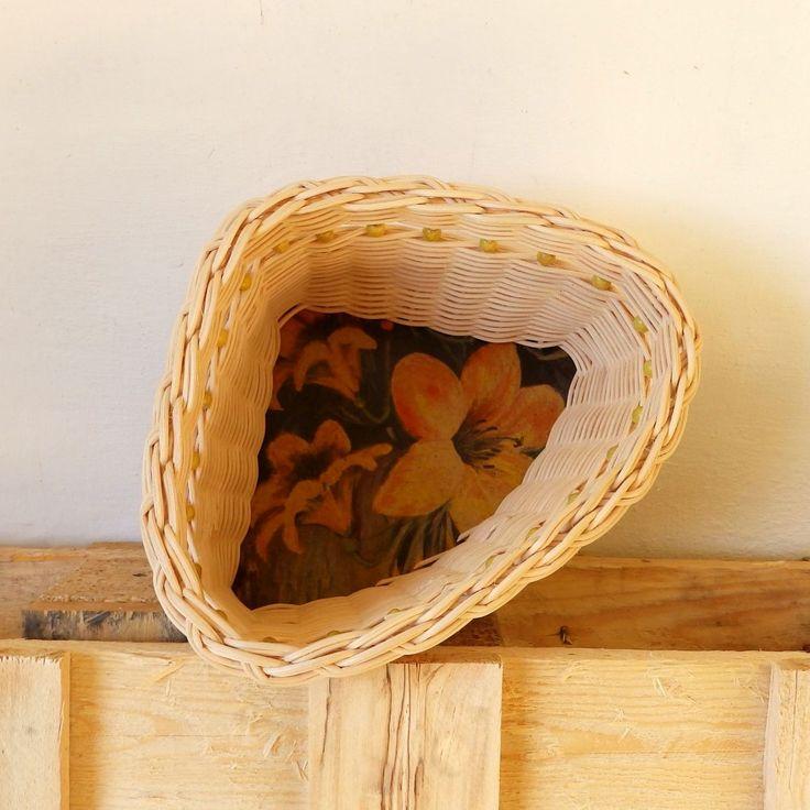 Košíček rohový Třírohý košíček, pletený z přírodního pedigu, zdobený žlutými dřevěnými korálky. Dno HDF, je upravené decoupage technikou s obrázkem žluté lilie. Rozměry 15x15, výška 12 cm.