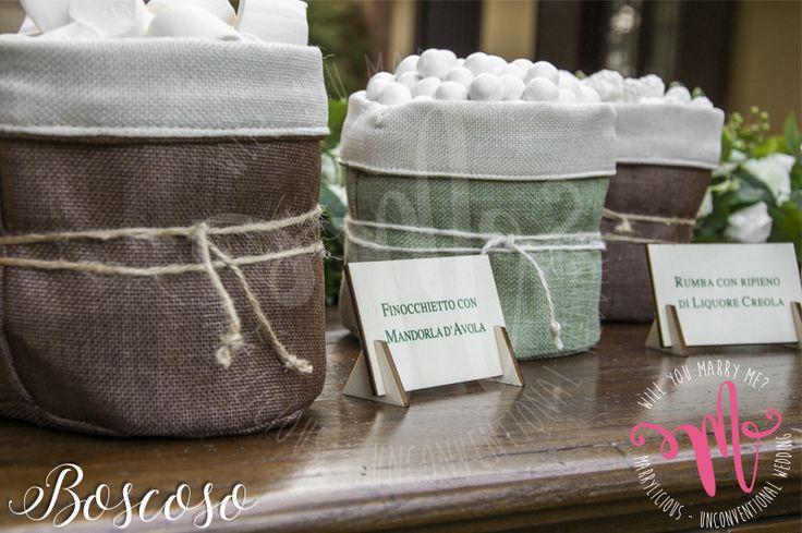 Confettata naturale con sacchetti in juta e cotone in stile Boscoso. Creato da Marrylicious - Natural sweet table with jute and cotton bags in Boscoso style. Created by Marrylicious.