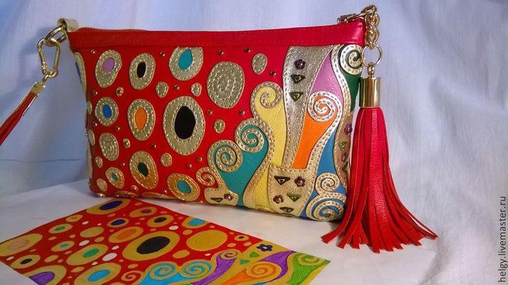 Купить или заказать Кожаный клатч 'Золотой Климт' в интернет-магазине на Ярмарке Мастеров. Моя красавица-аристократка... Красный с золотом, так неожиданно для меня самой, но мне нравится:) Мягкая, бархатистая на ощупь кожа 'наппа', итальянская фурнитура (и молнии!), подкладка из плотной парчи придирчиво отбирались мною именно и только для нее. Выполнена полностью вручную седельным швом. Обожаю Климта, его 'Золотой период', наполненный впечатлениями от мозаик Венеции и Равенны,…