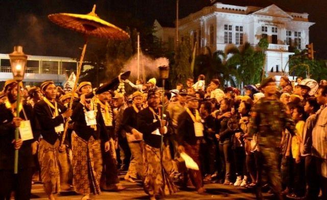 Tradisi Tapa Bisu Mubeng Beteng digelar oleh keraton Kesultanan Yogyakarta Hadiningrat dalam rangka memperingati malam satu Suro.