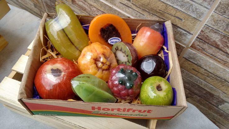 Super kit de frutas para banho contendo 10 unidades: <br>- um sabonete de banana fruta; <br>- um sabonete de mamão fruta; <br>- um sabonete de caju fruta, <br>- um sabonete de maçã madura fruta; <br>- Um sabonete de mexerica fruta; <br>- Um sabonete de kiwi fruta <br>- Um sabonete de ameixa fruta; <br>- Um sabonete de carambola fruta; <br>- Um sabonete framboesa fruta; <br>- Um sabonete maçã verde pequena fruta; <br>Produzidos com matéria prima hipoalergênica e enriquecidos com extrato…