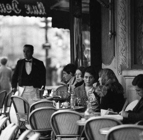 Les Deux Magots im Bezirk St. Germain-des-Pres im Quartier Latin in Paris, 1967 Juergen/Timeline Images #Atmosphäre #atmosphärisch #Design #Designkonzept #Farben #Konzept #kreativ #Kreativität #Moodboard #Mood #Stimmung #stimmungsvoll #Thema #Moodboardideen #Moodboarddesign #Paris #Cafe #Kontraste #Touristen #Jacken #Mäntel #60er