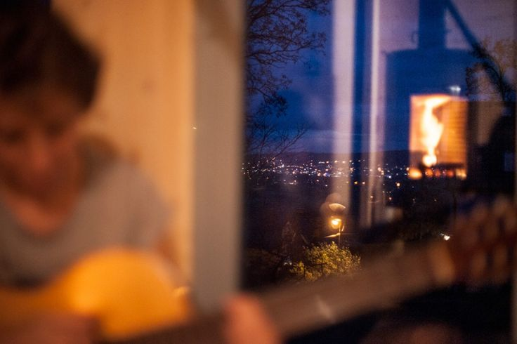 Duże okna robią ogromne wrażenie a szczególnie na niedużej powierzchni. To jak wielki ruchomy obraz. Widok zmienny i ciekawy, zarówno za dnia i w nocy.