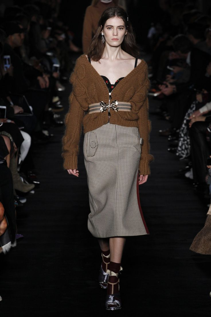 I love the belted slouchy sweater with the tweed skirt in  No. 21's Fall 2017 Ready-to-Wear collection.
