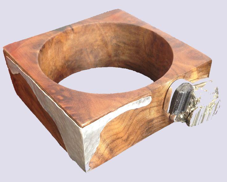 Bracelete de madeira imbuia, com detalhes em prata martelada, pirita e turmalina negra