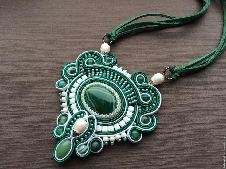 Купить БЕЛЫЕ РОСЫ-сутажный кулон - зеленый, сутажный кулон, сутажное украшение, украшение на шею