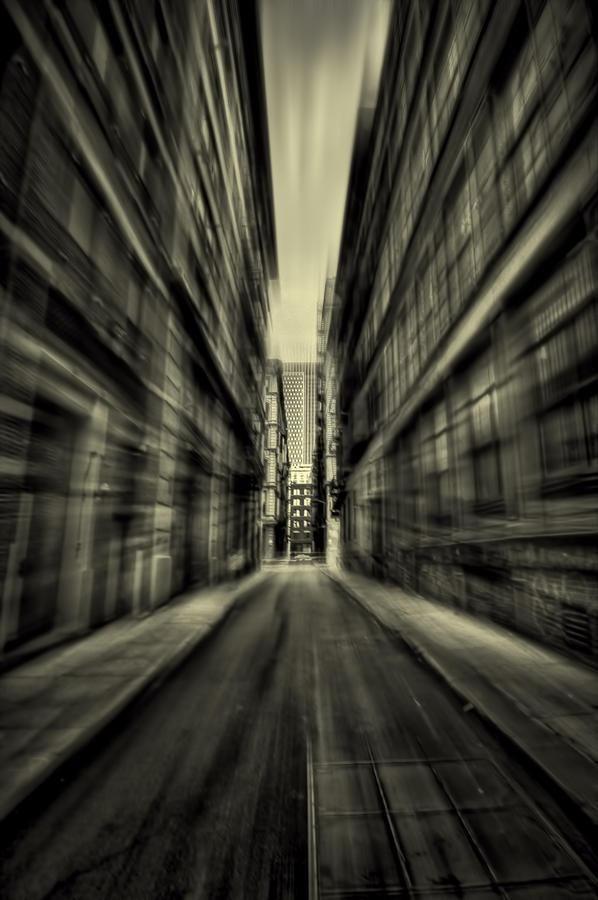 Si sente soffocare. I muri sembrano avanzare verso di lei, opprimendola, come una camicia di forza di calce e cemento.