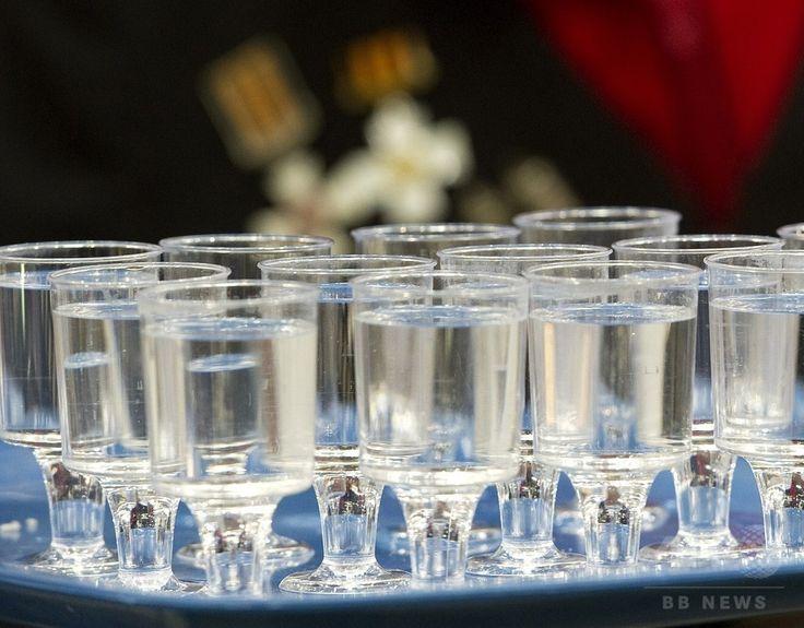 グラスに注がれたウオッカ。ドイツ・ベルリンで(2011年1月21日撮影、資料写真Files)。(c)AFP/ODD ANDERSEN ▼4Mar2017AFP アルコール度数81%の強すぎるウオッカ、カナダ当局がリコール http://www.afpbb.com/articles/-/3120112 #ウォッカ #водка #wódka #горілка #Vodka #فودكا #伏特加 #보드카
