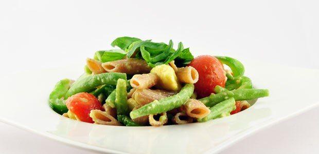 Deze lauwwarme pastasalade met boontjes kun je zowel lauwwarm als koud eten. Lauwwarm is hij ook het lekkerste.