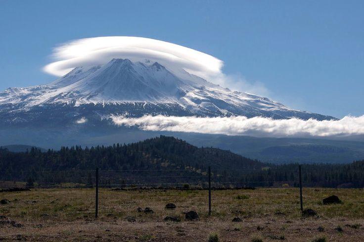 Cette photo représente le mont Shasta en Californie surmonté de deux nuages lenticulaires. Ces nuages se forment essentiellement près des massifs montagneux en raison de la combinaison particulière des courants d'air froid et chaud.