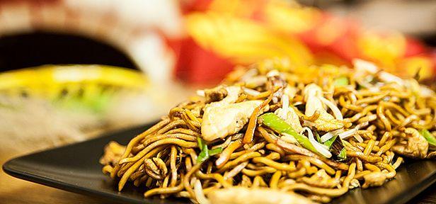 Chinesisch gebratene Nudeln mit Hühnchenfleisch, Ei und Gemüse.