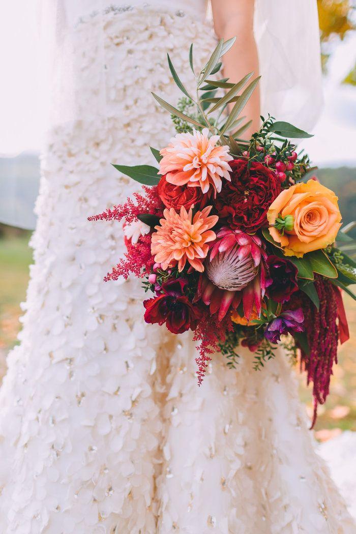 Ramo de novia con protea, dalias, rosas, anémonas || Foto de Nicole Baas Photog …