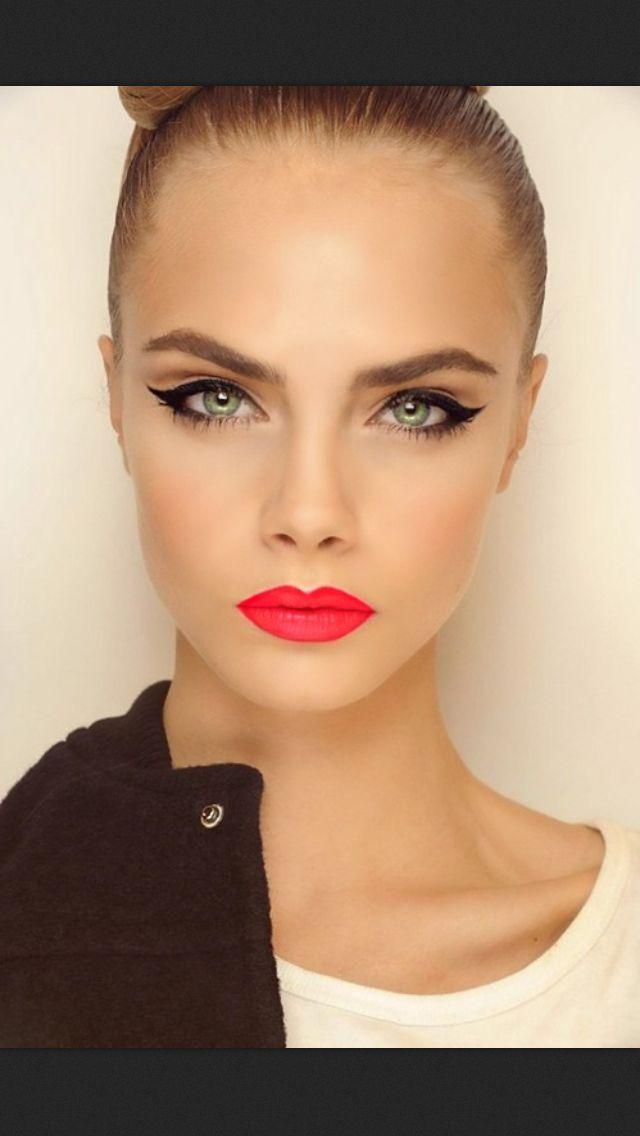 Classic clean face w/cat eye n lip pop Make up