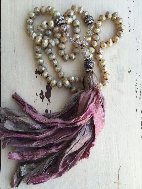 Este collar es perfecto para su fecha de noche de sábado... o con sus pantalones vaqueros y la parte superior del tanque. Simple, glam y versátil!  Tengo mano anudada estas cuentas checas hermosas y simplemente añadió una borla de seda de sari de hecho a mano hecha por mi! Cada borla es único en sí mismo y las posibilidades son infinitas. Están hechas de restos de seda reciclados de sari. Amor como imperfecto son, en oposición a cookie cutter... esa es la belleza de ellas. Porque la cinta es…
