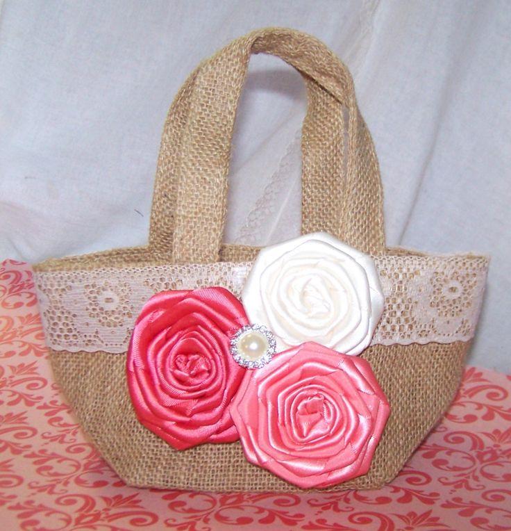 Arpillera cojín y cesta de la muchacha de flor Coral por itsmyday