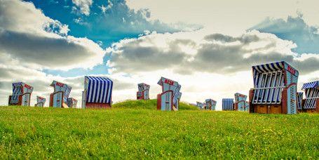Weststrand auf Norderney:   Nahe des Norderneyer Stadtkerns befindet sich der rauchfreie Familien-Badestrand Weststrand. Die Kinder können sich während des Norderney-Urlaubs am Spielplatz austoben, während die Eltern im Strandkorb entspannen. Für vierbeinigeStrandbesucher gibt es eine eigene Hundewiese.