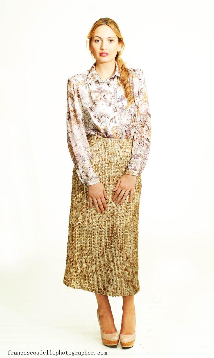 Las faldas midi siguen de tendencia esta primavera. Actualiza tu armario con esta nueva versión de la falda de tweed dorado. 180€
