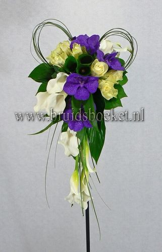 2322. Bruidsboeket druppel wit paarse vanda orchideeën