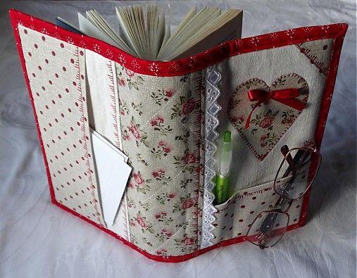 Štýlom patchworku ušitý obal na knihu, alebo zápisník. Je vystužený a pekne zdobený strojovým stehom, ktorý má ručný vzhľad. Sú v ňom všité dve záložky. Predná strana je z domáceho plátna,...