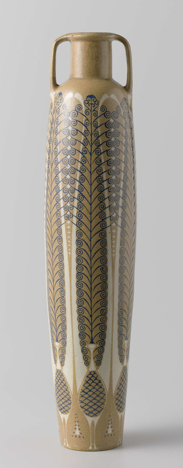 Cilindervormige vaas met gestileerde liervogels in wit en blauw op geelbruine fond, Chris van der Hoef, 1902