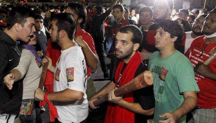 """Vejam como os integrantes do PT/PSTU já estavam prontos para entrar em batalha. Todos com """"clavas"""" na mão prontos para a confusão. Eta partido fascista.....depois eles acusam os verdadeiros brasileiros que não querem o comunismo no brasil do que eles são de verdade."""