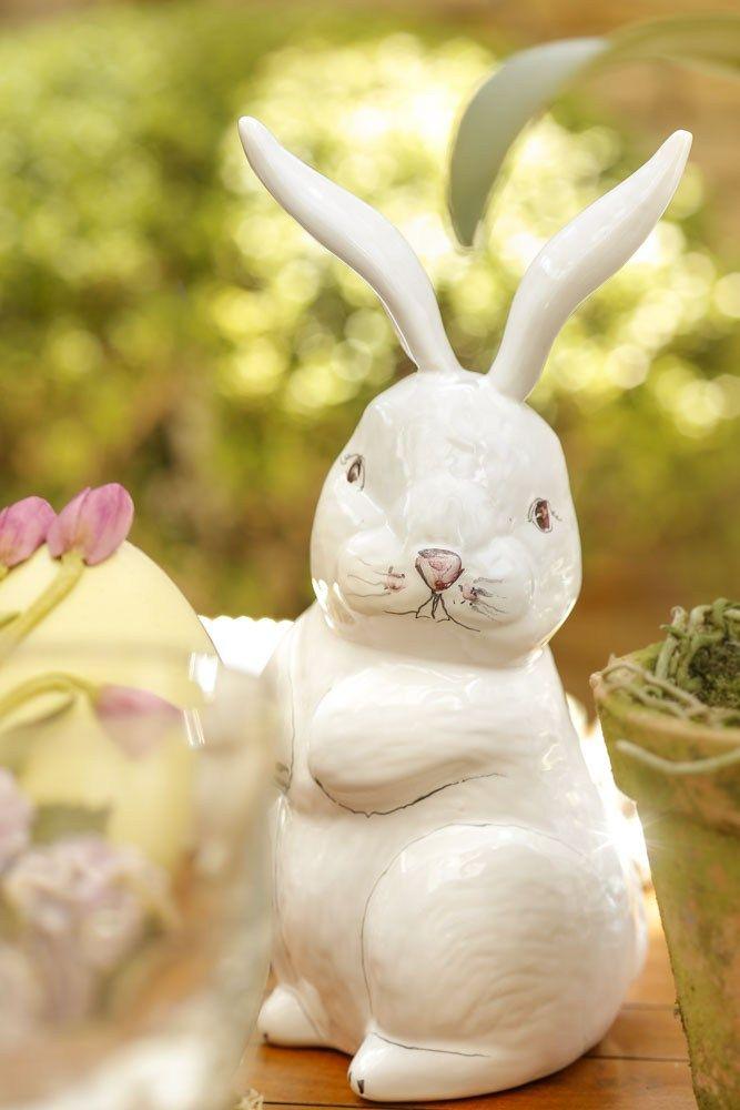 Para decorar a nossa linda mesa de Páscoa, dispomos coelhinhos decorativos feitos de cerâmica em dois tamanhos e modelos diferentes, todos da nossa lojaCouvert.