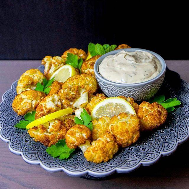 """På måndagar är temat """"vegetariskt"""" hos mig🍀💚 Idag delar jag med mig recept på något som är i all sin enkelhet helt fantastiskt gott. Friterad blomkål med tahinisås. En libanesisk specialitet. Vanligtvis serveras detta med pitabröd och citron som en sidorätt. För mig är detta en hel måltid, ganska mättande och såååå gott🤗 Recept hittar du på bloggens startsida. Passar på att önska er alla en underbar dag ❤"""