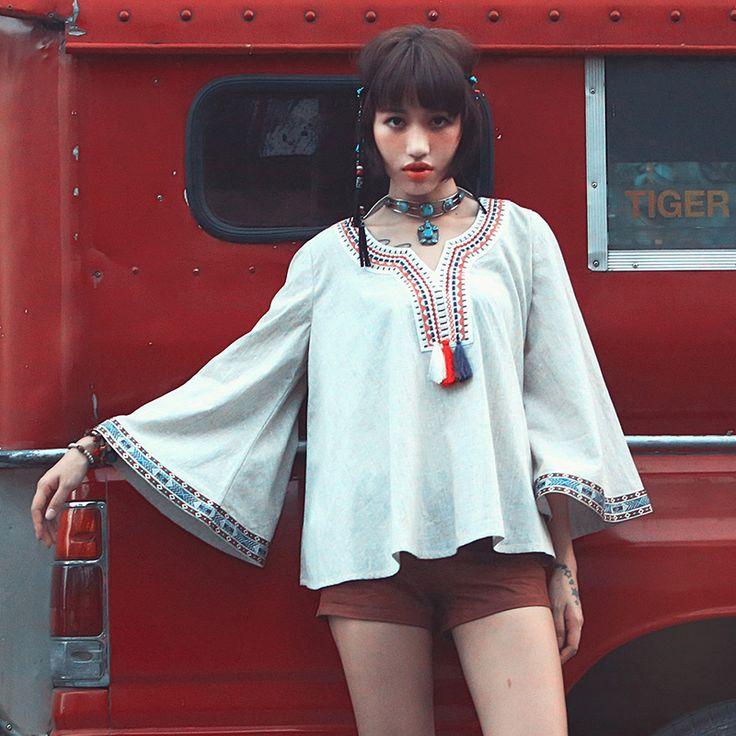 В шкафу поклонницы стиля бохо всегда найдется несколько базовых и незаменимых вещей: туника светлых тонов с экзотической вышивкой или национальными мотивами какого-либо народа, длинный сарафан на бретельках из натуральной летящей ткани, несколько маек и топов с элементами индейской культуры и ацтекскими узорами, джинсовые шорты, длинные юбки-солнце, несколько вещей, декорированных кружевом. На зиму фанатка этого стиля выберет свитер или кардиган грубой вязки пастельных, неярких тонов…