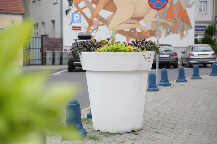 Duża przestrzeń, wielka zieleń - Gianto | big colorful flower pots for public space by TerraForm
