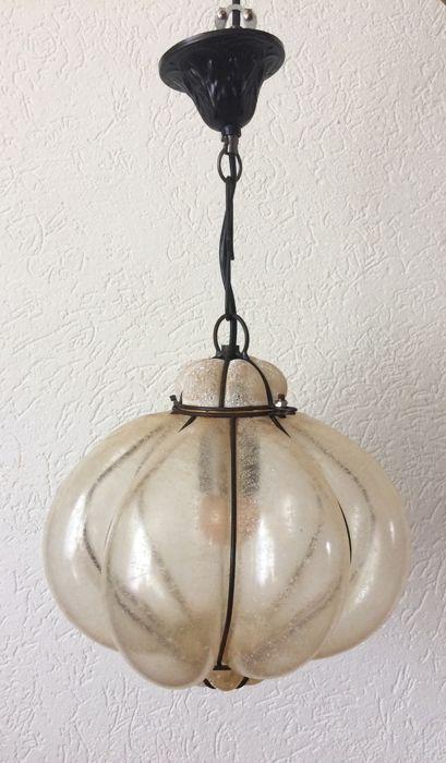 Venetiaanse hanglamp Italië 1980s  Gespikkeld mat glazen Venetiaanse hanglamp in mooie staat.Het glas van de lamp zit rond een metalen frame hierop zitten hier en daar roestvlekjes.De lamp is 26 cm hoog en 26 cm in diameter.Maat vanaf plafond t/m onderkant lamp 50 cm.Door het matte glas geeft deze lamp een heel sfeervol lichtbeeld.All my items will be sent insured and signed for!  EUR 67.00  Meer informatie