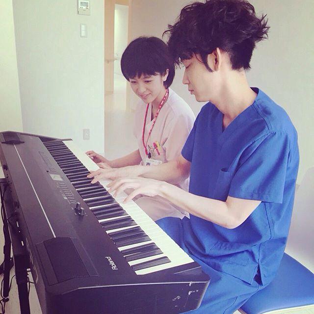 初めまして真弓です。 そして綾野剛さん演じる 鴻鳥サクラ先生です☺️ 一緒にピアノを弾こうって なったんですが私はまったく 弾けずただひたすら見てました。 ドラマで観れるのもすごく楽しみですね♪ #コウノドリ