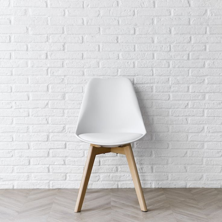 Silla Scandinavian blanca | ¡Nos encanta esta silla! Completa la decoración de tu hogar nórdico con nuestra Scandinavian en blanco. Tiene las patas en madera y la estructura de plástico, con asiento tapizado en el mismo color. Es ideal para aportar elegancia y comodidad a tus cenas con amigos. También está disponible en otros colores, combínalas y consigue un estilo único en tu comedor o cocina. ¿Te atreves? #kenayhome #home #silla #scandinavian #blanca #madera #nórico