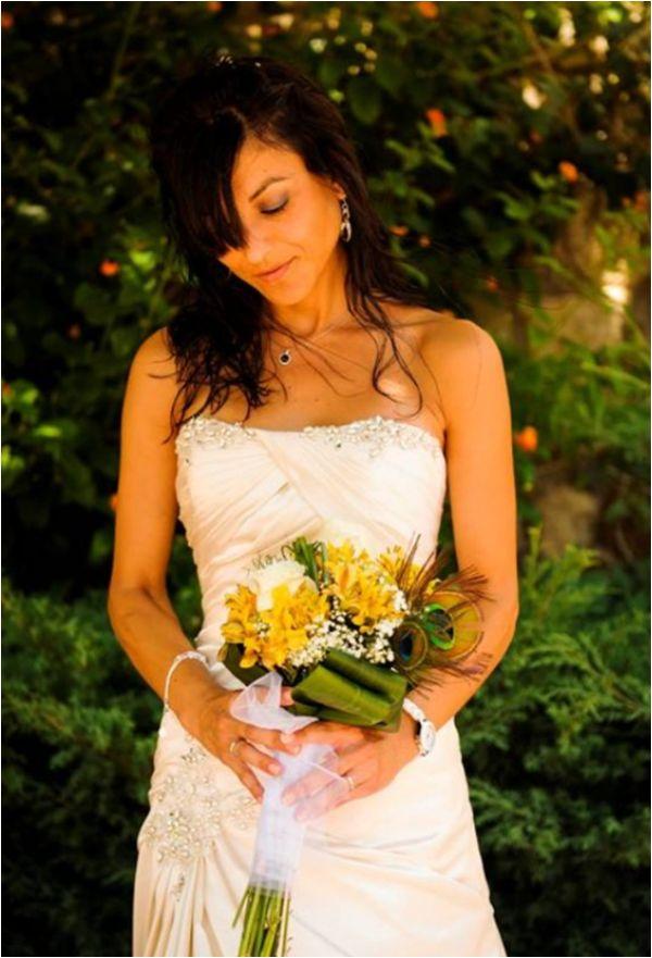 ¡Ramo de novia con flor blanca y amarilla, con una pluma!