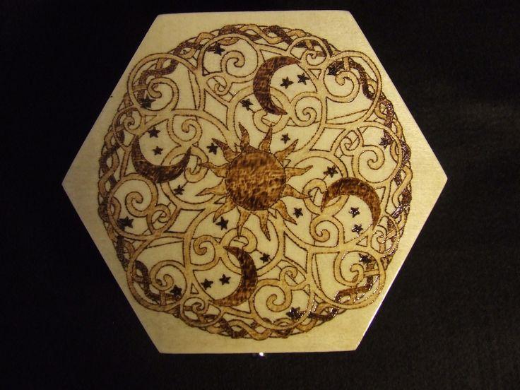 Caixa pirogravada, envernizada com verniz, contendo cera na sua constituição. No seu interior, o fundo é forrado de feltro.