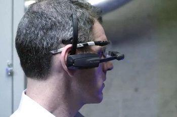 SAP dévoile 2 applications pour lunettes connectées.avec une aide technique contextuelle. SAP AR Warehouse Picker permet aux agents de maintenance d'être guidé..dans un entrepôt, en vue d'expédier une commande... et offre la possibilité d'aller jusqu'à scanner un code à barres... SAP AR Service Technicianpermet de se repérer rapidement dans un local et d'accéder à une aide en réalité augmentée, avec schémas, pour mettre en œuvre la réparation adéquate...