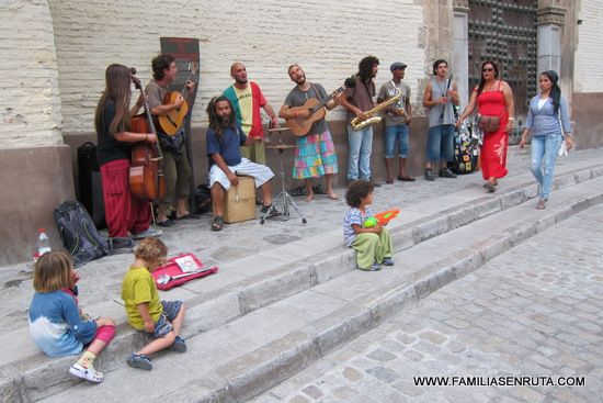 Granada, ciudad de la provincia que lleva su nombre fue durante siglos la orgullosa capital de los reinos zairís y nazarís hasta que pasó en 1.492 a manos cristianas durante el reinado de los reyes católicos. Ciudad por tanto de unas ricas raices moras que atesora un patrimonio arquitectónico de primer orden mundial en el
