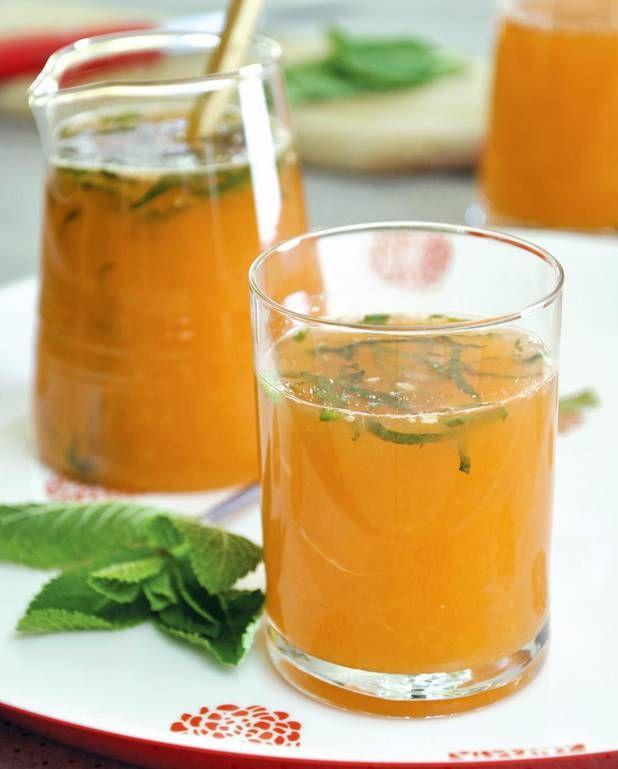 Cocktail tonique aux agrumes, au miel et à la menthe pour 4 personnes - Recettes Elle à TableIngrédients      4 oranges 2 pomelos 8 clémentines      3 cuillère(s) à soupe de miel liquide 4 feuilles de menthe fraîche