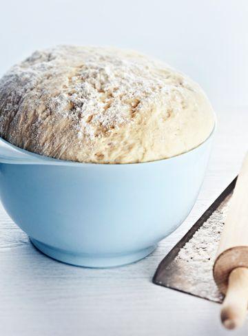 Lav en god grunddej til klassiske, bløde hvedeboller – og tryl den om til solbærboller, sneglekage, donuts, marcipanhorn eller chokoladesnegle. (Recipe in Danish)