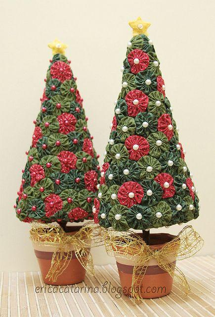 Christmas Trees Made from quilt Yo-Yo's Árvore de natal de fuxicos by Ei menina…