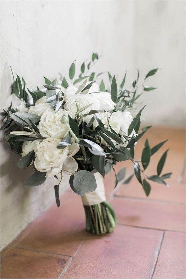 groß weiße Pfingstrosen und Hochzeitsblumenstrauß aus Olivenblättern
