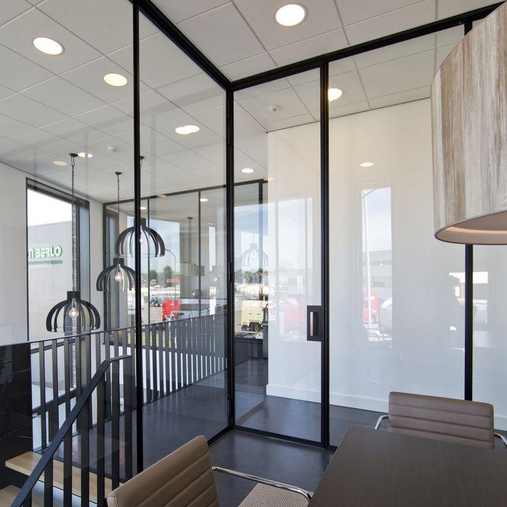 interieur van het bedrijfsgebouw Van Berlo met een sterke metselwerk plastiek door een abstract spel van de gevelopeningen