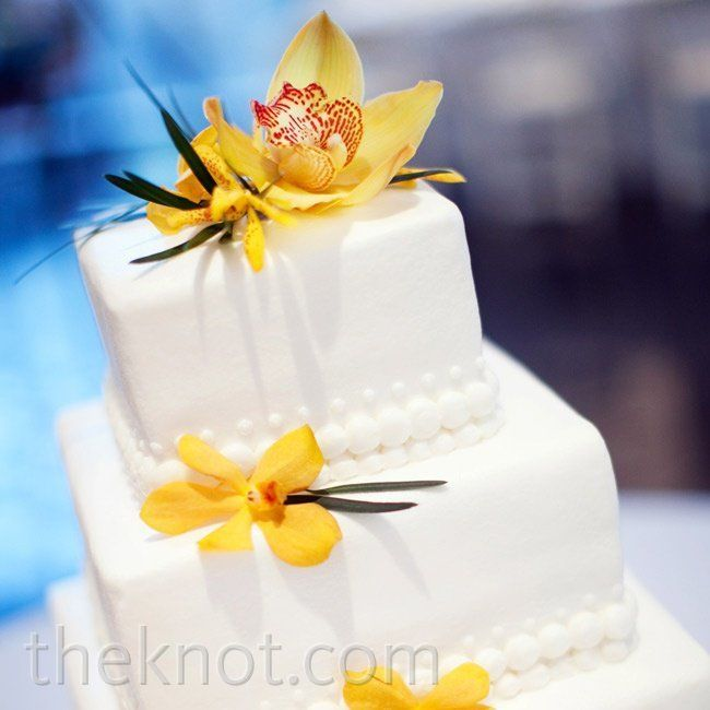 I love the square shape of this cake! I would love to have this in a pastel yellow and a nice ash light red brown.