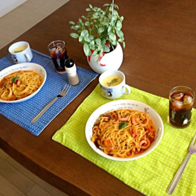 急なお客様の時に役立つパスタ。お好みで唐辛子の量を調整してね!(^ー^)ノ - 16件のもぐもぐ - 茄子とウィンナーのトマトソースパスタ、コーンスープ、黒烏龍茶 by pentarou