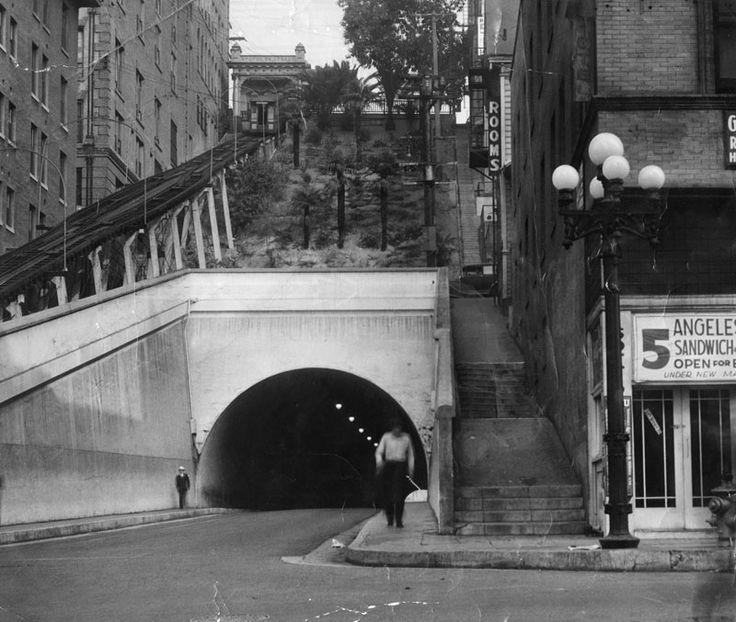 túnel em rua no centro de Los Angeles, 1934. / losangelespast:  Angels Flight and the 3rd Street Tunnel, downtown Los Angeles, 1934.