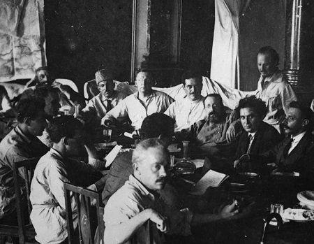 PKI Agama dan Soviet  KIBLAT.NET  Hindia Belanda awal abad ke 20 memasuki fase yang baru. Kata-kata seperti vergadering kapitalisme hingga nasionalisme menghiasi pikiran dan tulisan orang-orang pergerakan. Sarekat Islam yang memberi perasaan harga diri pada orang-orang pribumi kemudian menyatukan mereka bersinggungan dengan komunisme yang muncul sebagai daya dorong penolakan lebih keras terhadap penjajahan.  Maka terasa wajar ketika ide-ide yang bersentuhan dan bersinggungan itu saling…