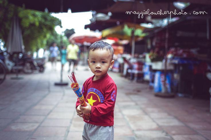 Petit garçon, encens, Tay Ho Little boy, Hanoi, Vietnam