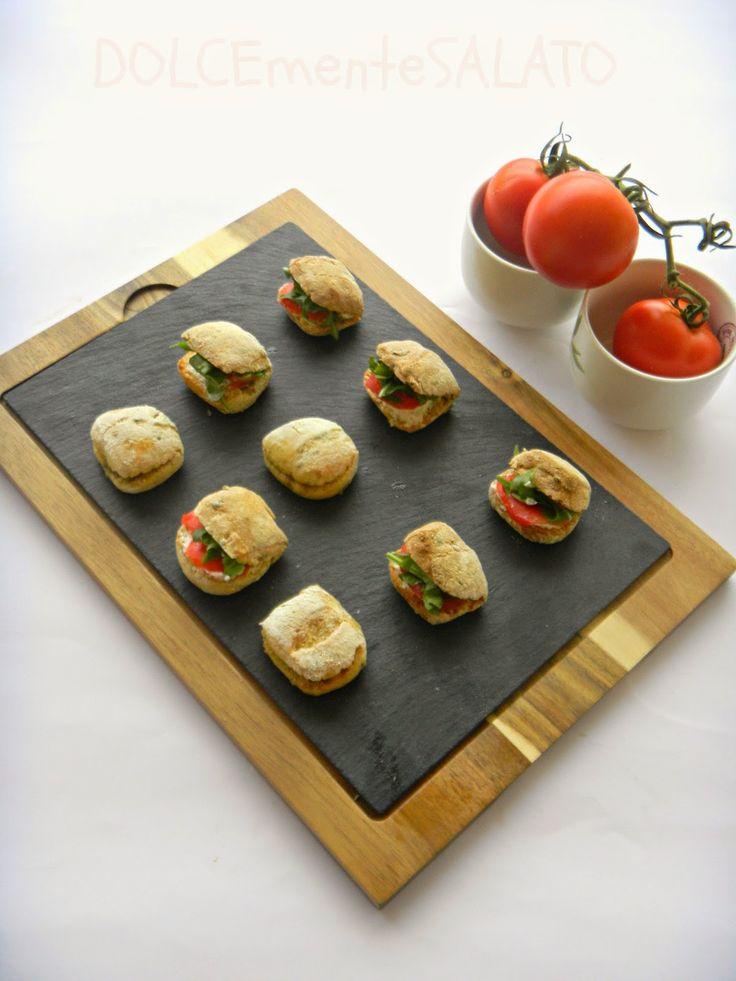 DOLCEmente SALATO: Ciabattine alle olive verdi con robiola e pomodori...