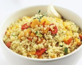 Pilaf de quinoa aux petits légumes : http://www.fourchette-et-bikini.fr/recettes/recettes-minceur/pilaf-de-quinoa-aux-petits-legumes.html