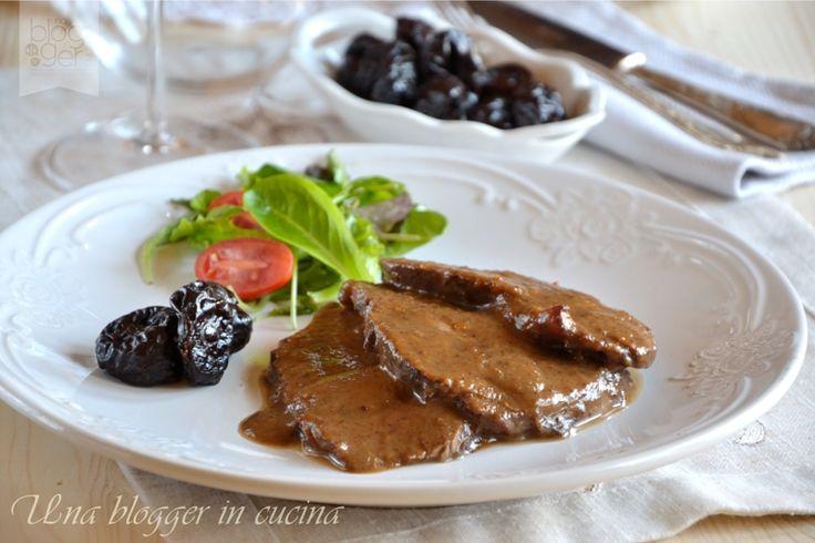 Arrosto alle prugne con vino rosso, un delizioso e tenero arrosto in tegame arricchito con verdure e prugne, sfumato con del vino rosso. Taglio: gallinella.