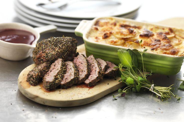 Lammrostbiff i ugn tillsammans med krämig getostgratäng med potatis och sötpotatis. Serveras med en himmelskt god rödvinssås.